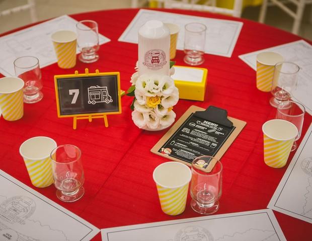 Em cada mesa de convidados, havia um cardápio em uma lousa com os pratos servidos pelo buffet da festa (Foto: Divulgação / Vivian Gradela )
