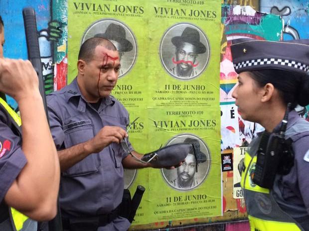 Policial militar sofreu um corte na testa após levar garrafada (Foto: Glauco Araújo/G1)