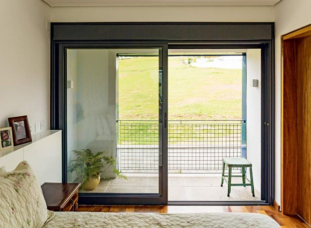 quarto-janela-cabeceira-criado-mudo (Foto: Edu Castello/Editora Globo)