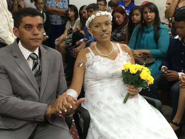 O agente de reintegração social Edgard Bezerra e a ex-fotógrafa Lidiane Santos, que se casaram na capela no Hospital Universitário de Brasília (Foto: Hospital Universitário de Brasília/Divulgação)