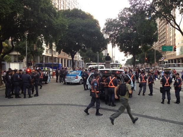 Policiais aguardam início de protesto na Candelária, Centro do Rio (Foto: Priscilla Souza/ G1)