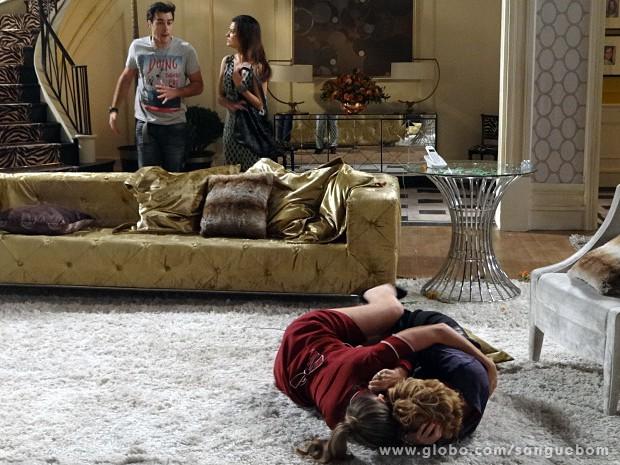 As duas rolam no chão! (Foto: Sangue Bom / TV Globo)