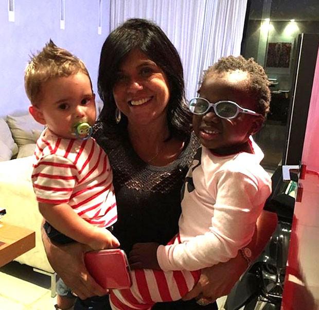Lucia Gagliasso com os netos Gabriel e Titi (Foto: Reprodução)
