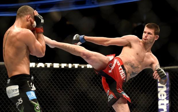 Tim Means e Hernani Perpetuo luta UFC (Foto: Kyle Terada-USA TODAY Sports / Reuters)