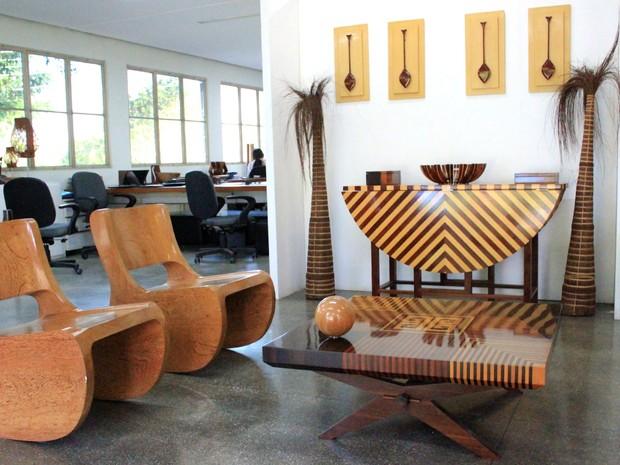 Móveis e artigos de decoração são feitos com resíduos da floresta (Foto: Jamile Alves/G1 AM)