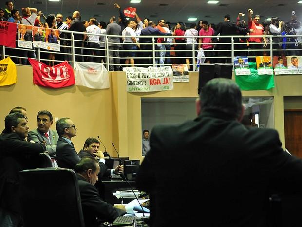 Servidores protestaram nas galerias durante a votação na ALMT (Foto: Maurício Barbant/ALMT)