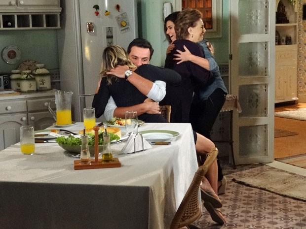 Todos comemoram a gravdiez de Érica, mas Théo fica tenso (Foto: Salve Jorge/ TV Globo)