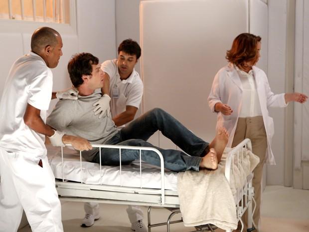 Enfermeiros e médica tentam contê-lo (Foto: Felipe Monteiro/ Gshow)