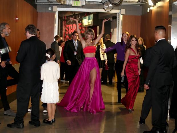 Taylor Swift e Selena Gomez no Grammy, em Los Angeles, nos Estados Unidos (Foto: Christopher Polk/ Getty Images/ AFP)