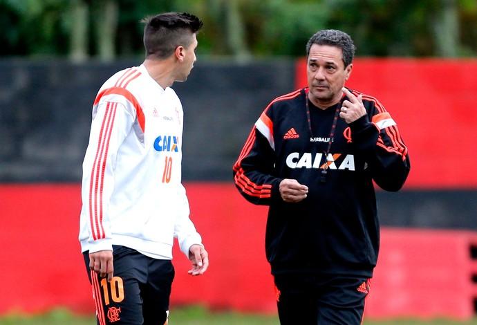 Luxemburgo e Mugni no treino do Flamengo (Foto: Alexandre Cassiano / Agência O Globo)