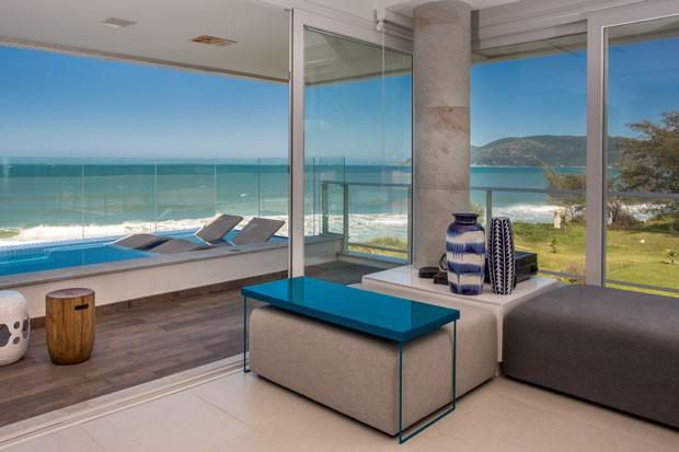 Apartamento minimalista enfatiza a integração com o mar em Florianópolis (Foto: José Luiz Somensi)