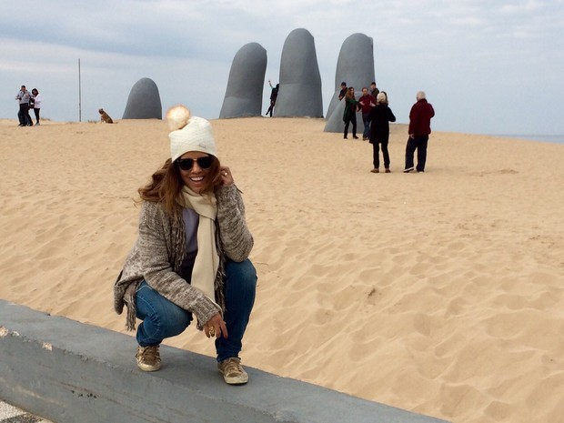 Renata Santos em frente ao Monumento al Ahogado, em Punta del Este (Foto: Divulgação)