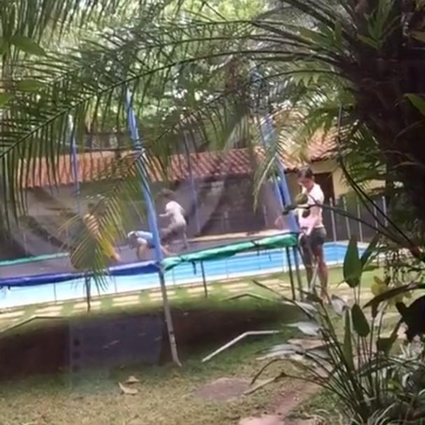 Filhos de Luana Piovani brincam em cama elástica no quintal (Foto: Reprodução/Facebook)