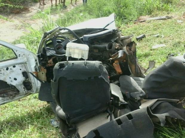 Um dos carrs envolvidos no acidente partiu ao meio com o impacto (Foto: Blog Marcos Frahm)