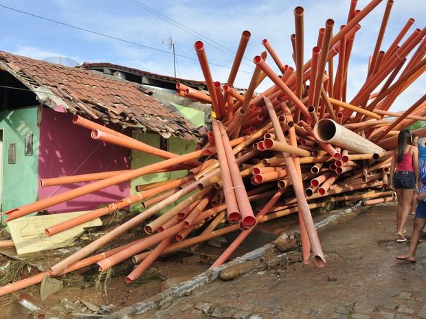 Tubulação caiu por cima de casas (Foto: Alexandre Lima/ Arquivo Pessoal)