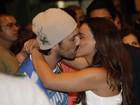 Suzana Pires troca beijos com o namorado em ensaio da Vila Isabel