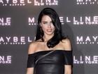 Adriana Lima usa vestido de couro curtíssimo em evento em Londres
