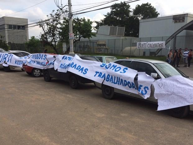 Manifestação de funcionários e de demitidos em empresa de Itaquaquecetuba (Foto: Natan Lira/G1)