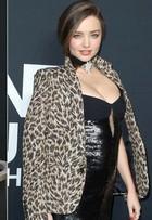 Miranda Kerr exibe barriguinha em evento e levanta suspeita de gravidez