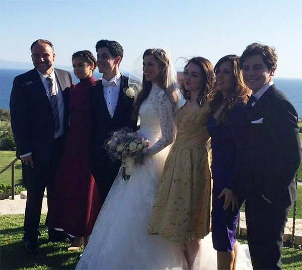 David Henrie e Maria Cahill com os atores de 'Feiticeiros de Waverly Place' (Foto: Twitter)