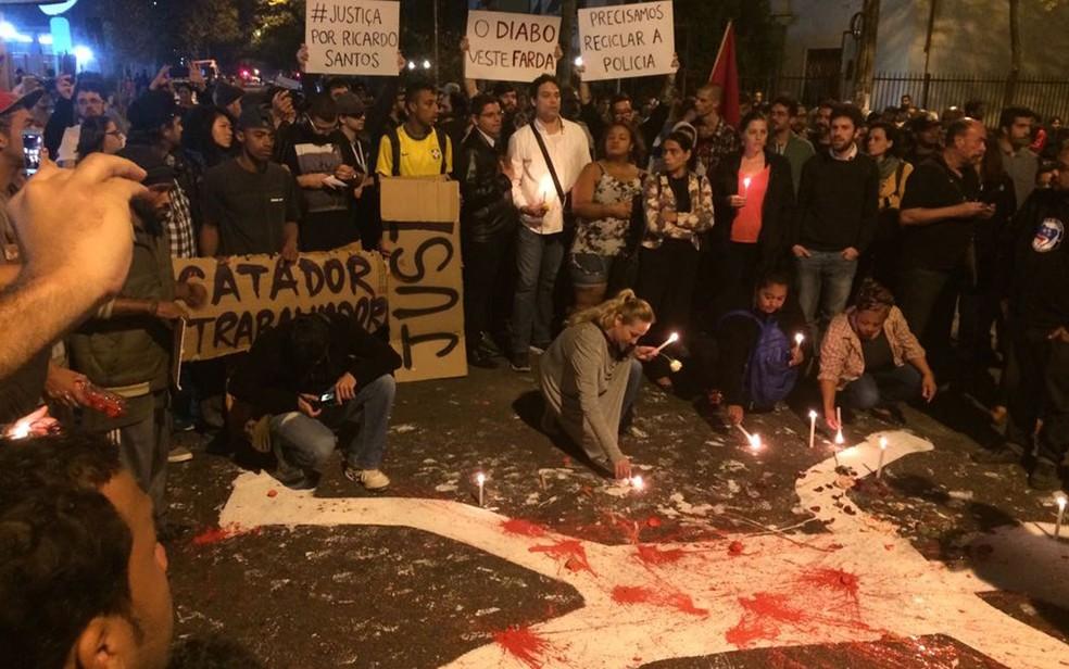 Manifestantes acendem velas na rua em homenagem a carroceiro morto por PM (Foto: Lívia Machado/G1)