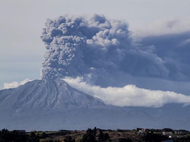 O vulcão Calbuco, novamente em erupção, é visto de Puerto Varas, no Chile, na quinta-feira (30) (Foto: AP Photo/David Cortes Serey/Agencia Uno)