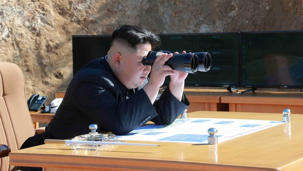 Kim Jong-un durante teste de míssil intercontinental da Coreia do Norte (Foto: KCNA/via REUTERS)
