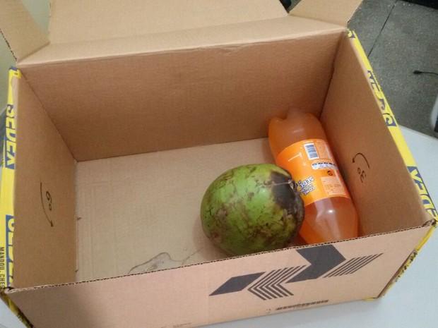 Idoso compra aparelhos celulares pela internet e recebe pelo Sedex dos Correios um coco verde e um refrigerante de 1,5 litro (Foto: Plínio Almeida/TV Cabo Branco)