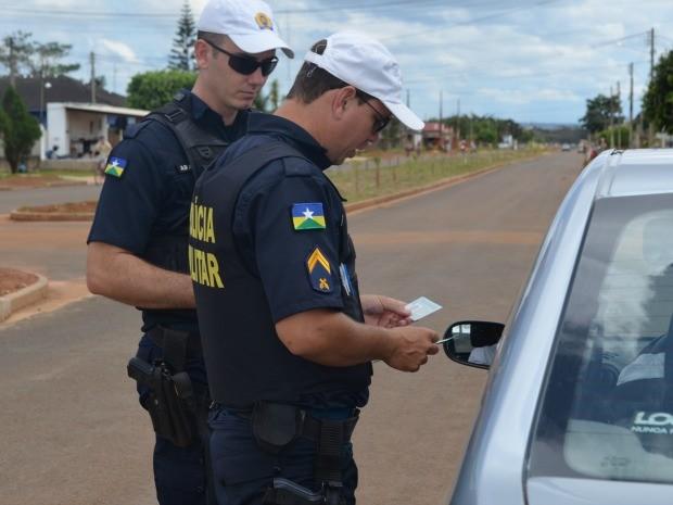 Policiais durante blitz (Foto: Jonatas Boni/G1)