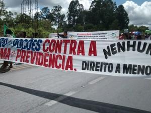 Eles interditaram a BR-365 por uma hora (Foto: Joilma Durães Fonseca/ Arquivo pessoal)