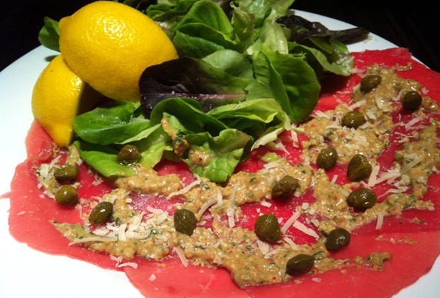 Salada de carpaccio com molho de alcaparra e azeitona (Foto: Colheradas)