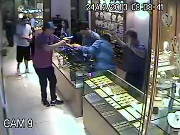 Assaltantes renderam funcionários (Foto: Reprodução/TV Rio Sul)