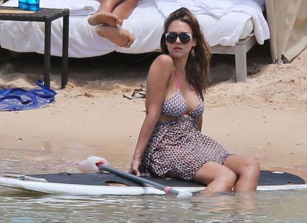 Grávida, Jessica Alba tenta esconder barriguinha em dia de praia