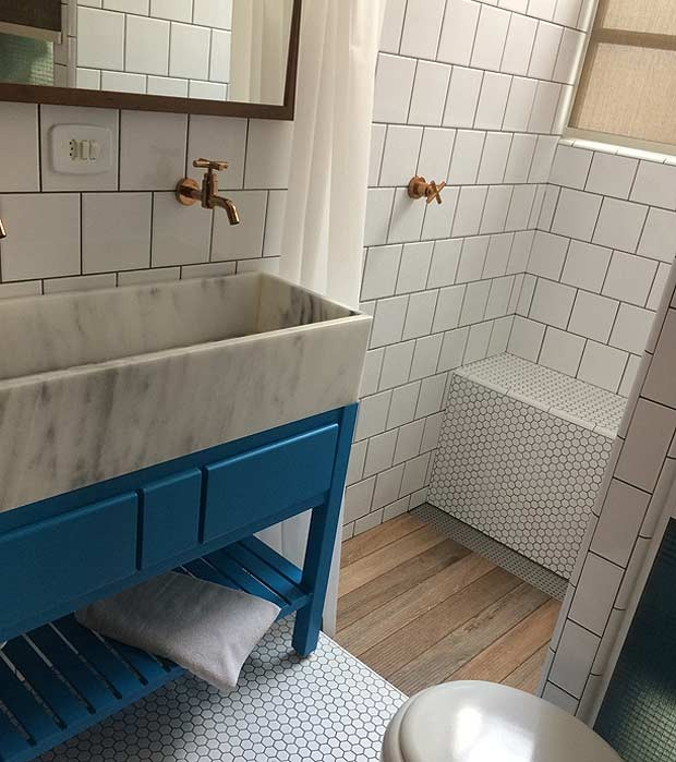 Os gabinetes dos dois banheiros foram feitos sob medida, sendo o da suíte composto por dois gavetões e uma base ripada para toalhas. Execução da marcenaria GM Madeiras (Foto: Divulgação/André de Freitas)