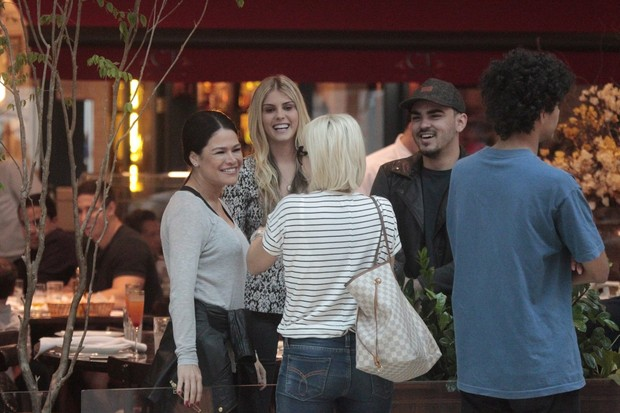Antonia Fontenelle, Jonathas e Verônica Costa encontram Bárbara Evans (Foto: Wallace Barbosa/AgNews)