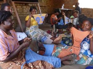 Jovens do Malauí costuram suas próprias calcinhas em projeto onde Rachel tem parceria (Foto: Divulgação/Transformation Textiles/Anna Ebert)