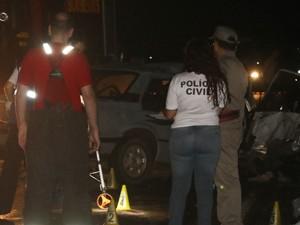 Polícia é realizada em local de acidente (Foto: Estêvão Pires/G1)