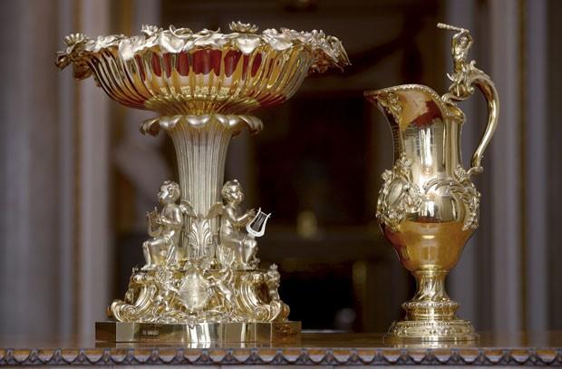 A fonte dourada, em que foram esculpidos lírios e querubins tocando a lira, foi encomendada pela rainha Victoria e usada pela primeira vez para o batismo da princesa Victoria em 1841 (Foto: REUTERS/Anthony Devlin)