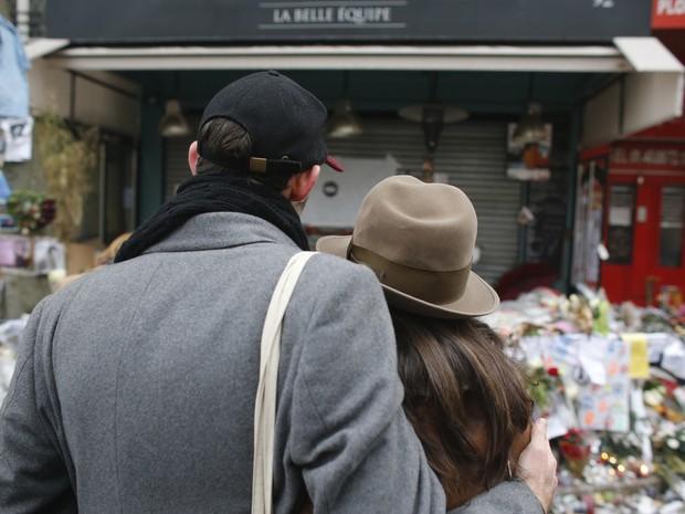 Casal presta homenagem a vítimas de ataques de Paris, que ocorreram em 13 de novembro (Foto: Matthieu Alexandre/AFP Photo)