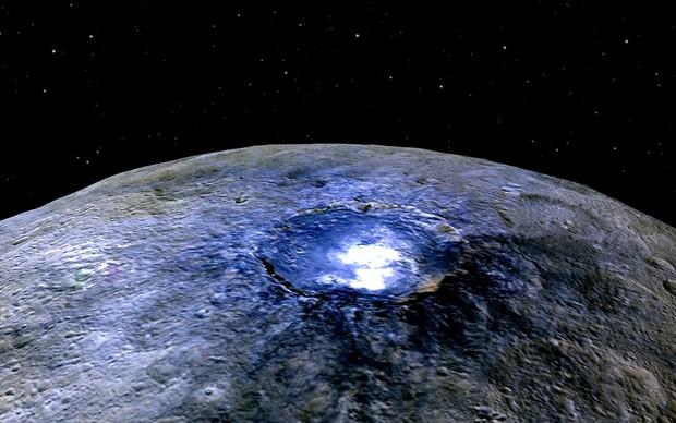 Imagens de sobrevoo destacam a cratéria Occator, ponto brilhante na superfície de Ceres (Foto: NASA/JPL-Caltech/UCLA/MPS/DLR/IDA)