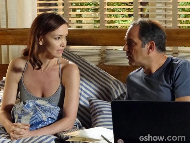 Helena não gosta quando o marido fala de Laerte (Foto: Em Família/ TV Globo)