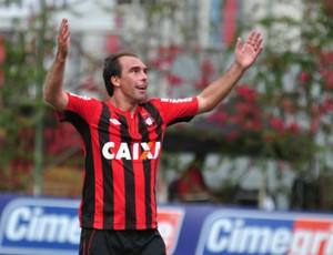 Paulo Baier do Atlético-PR comemora gol (Foto: Gustavo Oliveira/Site oficial do Atlético-PR)