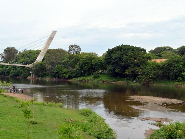 Banco de areia voltou a aparecer no Rio Piracicaba e atraiu turistas (Foto: Camila Ancona/G1)