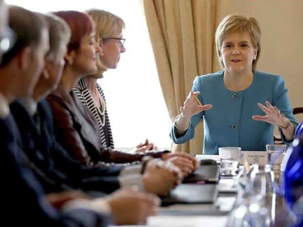A primeira-ministra da Escócia, Nicola Sturgeon, discursa durante reunião de emergência em Edimburgo (Foto: Jane Barlow/Pool/Reuters)