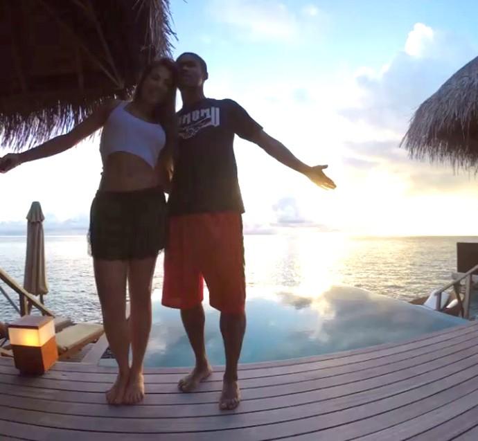 Douglas Costa e a esposa nas Ilhas Maldivas (Foto: Reprodução / Instagram)