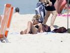Sozinha, Yasmin Brunet curte sol em praia do Rio