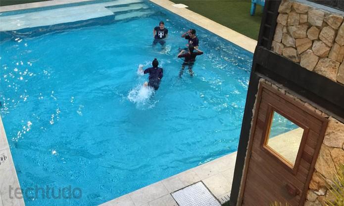 Para a piscina! Vencedores pulam na água e se divertem no fim do Hackahton Globo (Foto: Diego Borge / TechTudo)