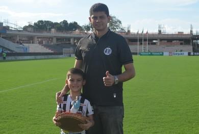Presidente do São Raimundo, Alexandre Lopes com o filho (Foto: Dominique Cavaleiro/GloboEsporte.com)