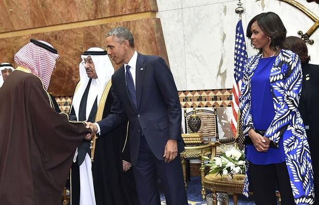 Barack e Michelle Obama cumprimentam o rei Salman bin Abdulaziz Al Saud, na Arábia Saudita (Foto: AP Photo/SPA)
