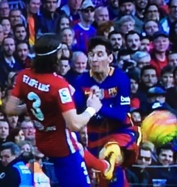 Entrada de Filipe Luis em Messi (Foto: Reprodução)
